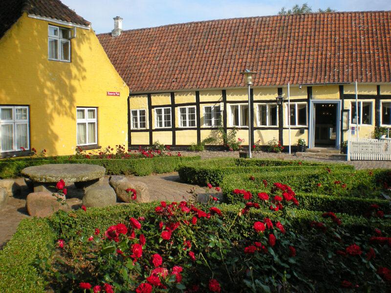 Torvet i Mariager og Hotel Postgaarden
